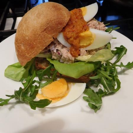 Broodje tonijnsalade met tonijnpesto